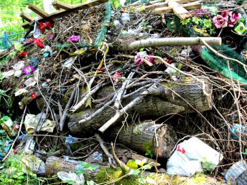 Навіть на цвинтарі розводимо замість квітника - смітник
